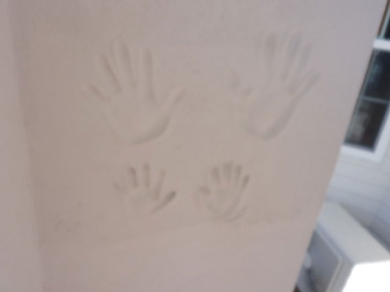 塗り壁に記念の手形