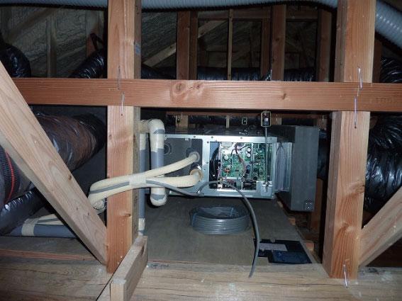 空調機を防振金具で吊っている写真