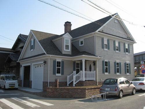全館空調と太陽光発電とビルトインガレージのあるエドモントン輸入住宅の外観写真