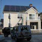 南の屋根には太陽光発電が乗っています。
