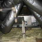 空調機(4馬力)です。小屋裏は天井に発砲断熱を入れておりますので空調機が泡の上に浮いているように見えます。かなりの高気密です・・