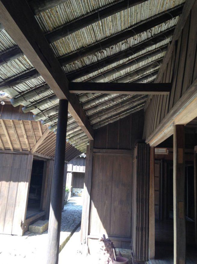 軒先は葺きと土と竹