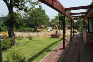 遊具、木々眺める中庭