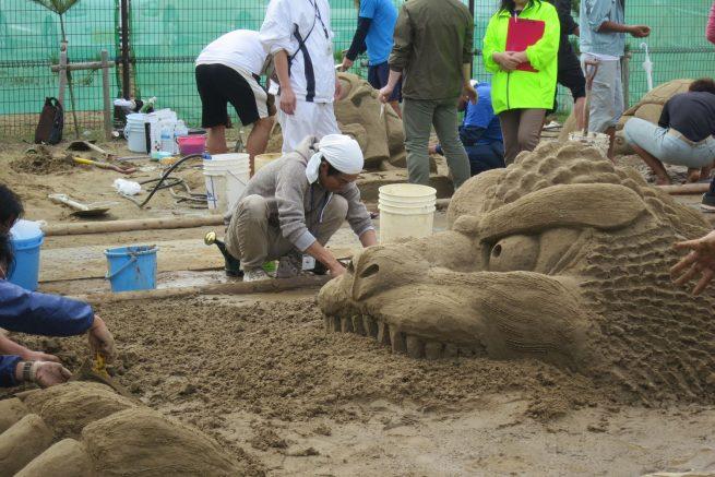 砂の彫刻を作る砂職人